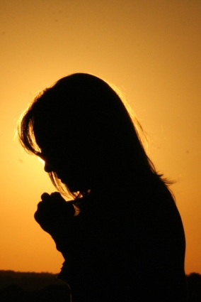 mom praying, woman praying, praying silhouette, woman sunset, woman prays sunset, faith, give thanks, thanksgiving, joy, contentment, devotion, hope, peace